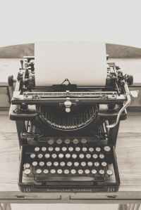 typewriter-vintage-old-vintage-typewriter-163084.jpeg